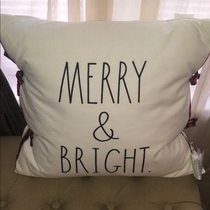 🎅🏻🤶🏻 Rae Dunn MERRY & BRIGHT Pillow